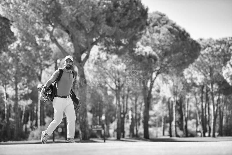 Stilig mitt - östlig golfspelare på kursen arkivfoton