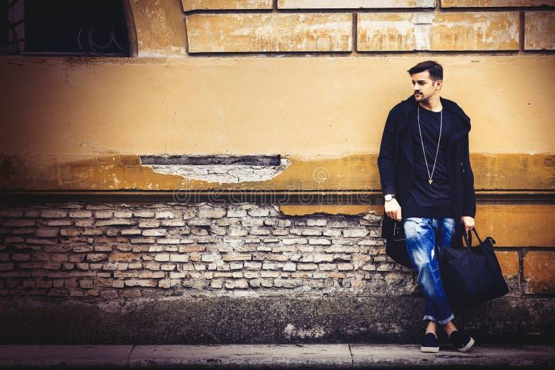 Stilig modell för ung man på gatagrungeväggen royaltyfria foton