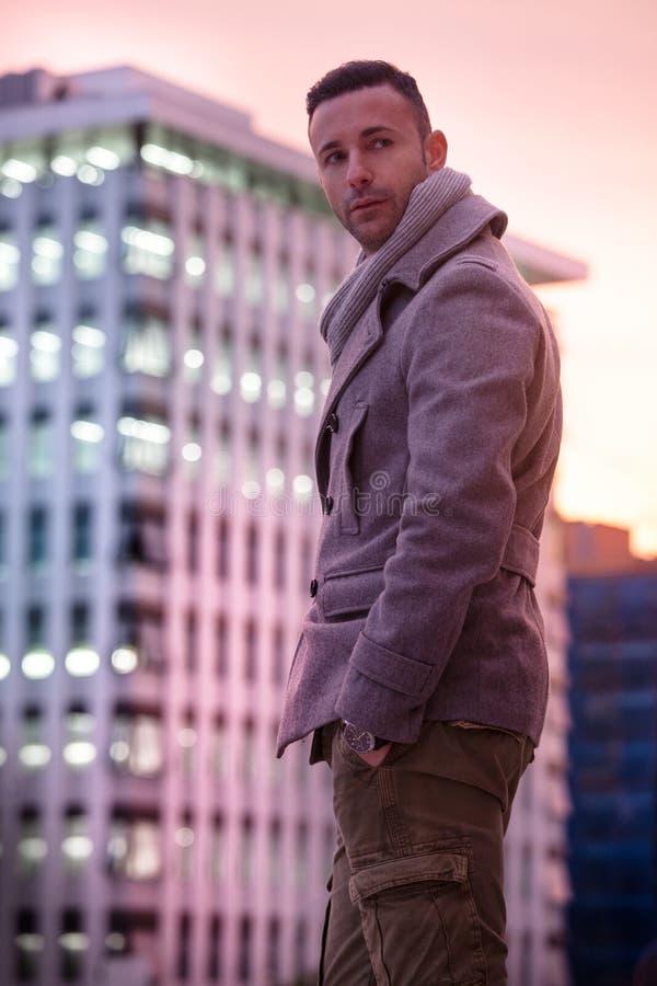 Stilig modern man i staden Vintermäns mode fotografering för bildbyråer