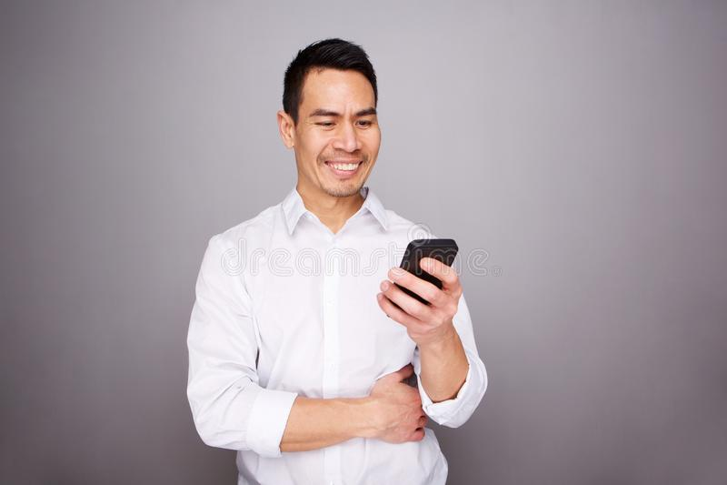 Stilig mogen man med mobiltelefonen royaltyfri foto
