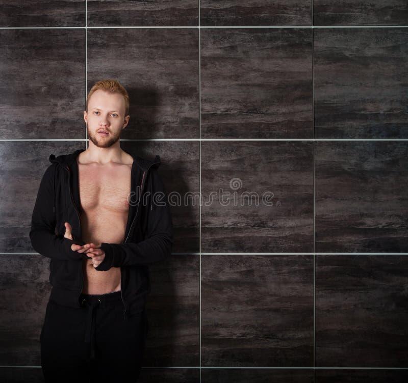 Stilig muskulös manlig modell nära arkivbilder