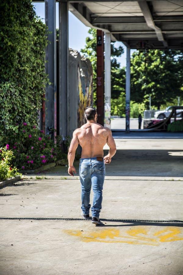Stilig muskulös Shirtless snygg manman som är utomhus- i stadsinställning royaltyfria bilder