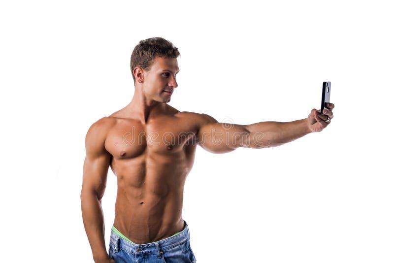 Stilig muskulös ung man som tar selfie med arkivbilder