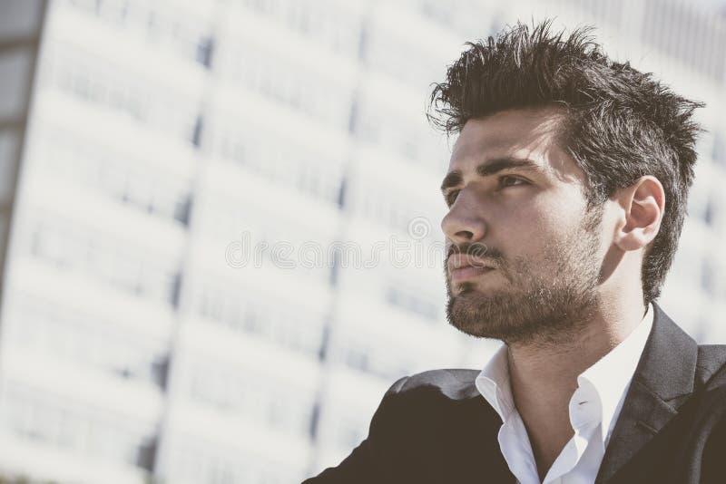 Stilig och charmig ung man med stilfull frisyr arkivfoton