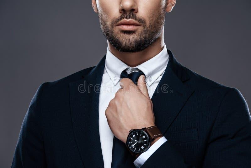 Stilig och lyckad man för närbild i en dyr dräkt Han är i en vit skjorta med ett band royaltyfria bilder