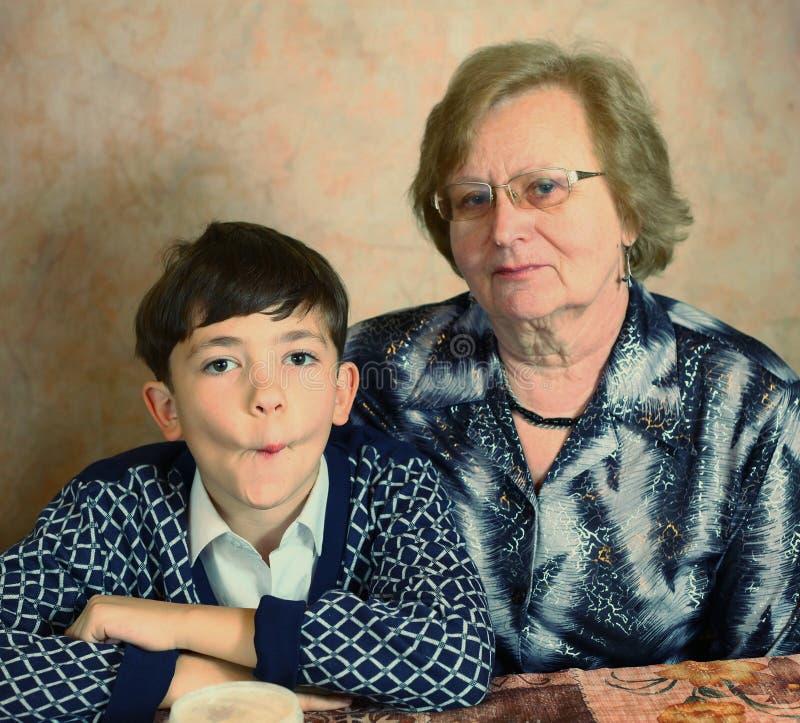 Stilig pojke för Preteen med mormodern arkivfoto