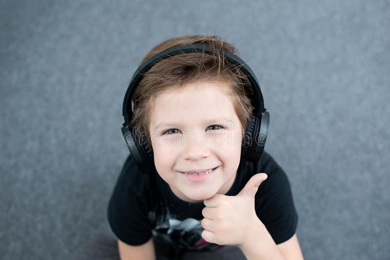 Stilig pojke i hörlurar royaltyfri fotografi