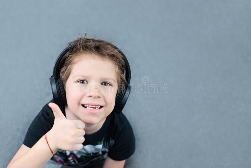 Stilig pojke i hörlurar royaltyfria bilder