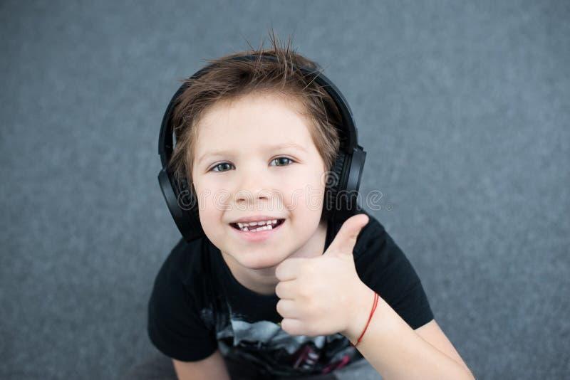 Stilig pojke i hörlurar arkivbild