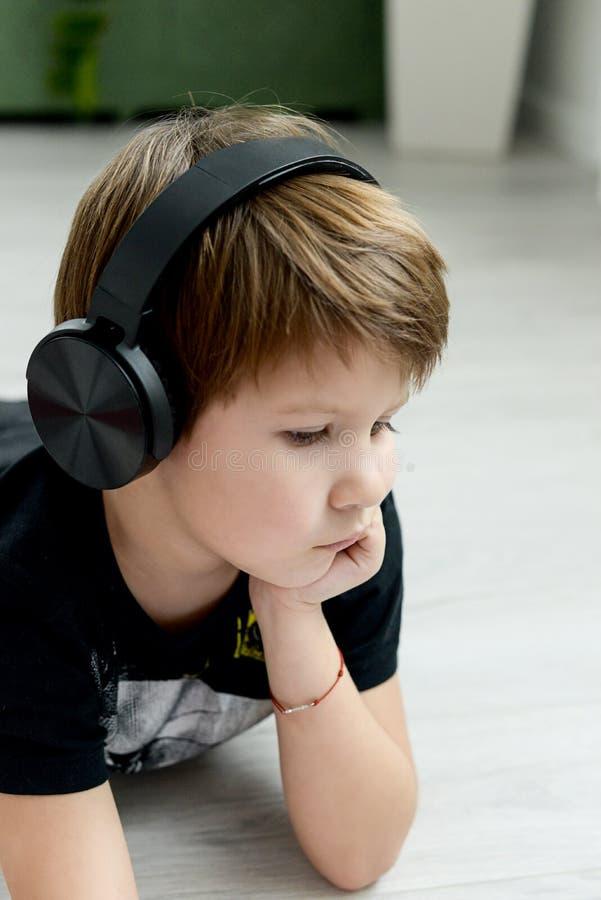 Stilig pojke i hörlurar arkivbilder