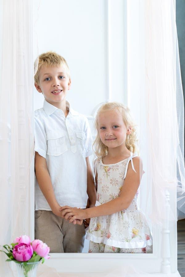 Stilig pojke och härliga flickahållhänder royaltyfri foto