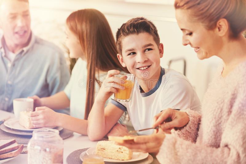 Stilig pojke som ser hans moder royaltyfri foto