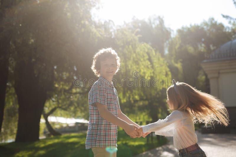 Stilig pojke som spelar med hans syster royaltyfria bilder