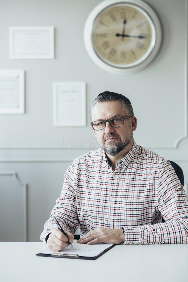 Stilig psykoterapeut som är klar för att hjälpa royaltyfri foto