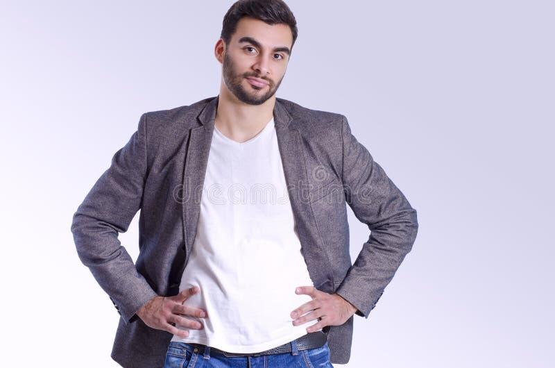 Stilig säker Caucasian i omslag och jeans royaltyfria bilder