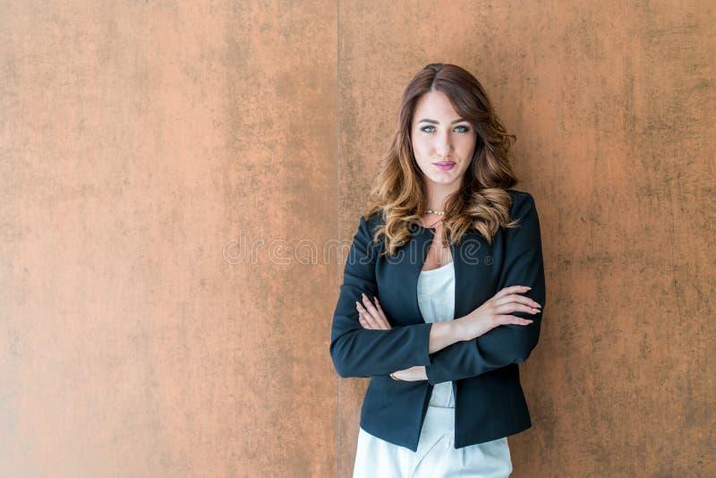 Stilig säker stående för affärskvinna Stående av en handso fotografering för bildbyråer