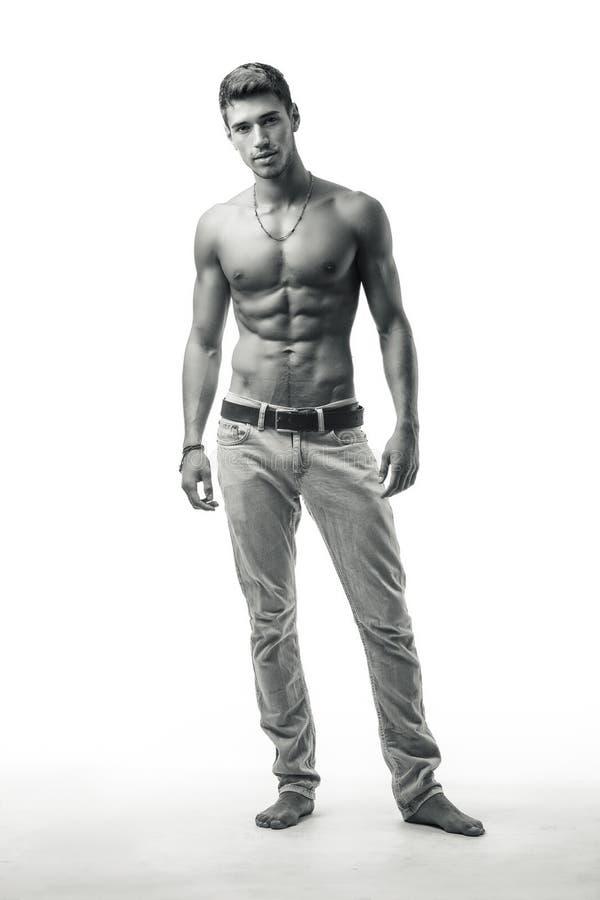 Stilig shirtless idrotts- ung man på vit arkivfoto