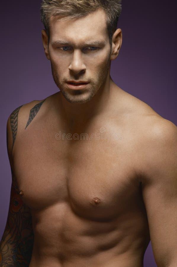 Stilig Shirtless man arkivfoto
