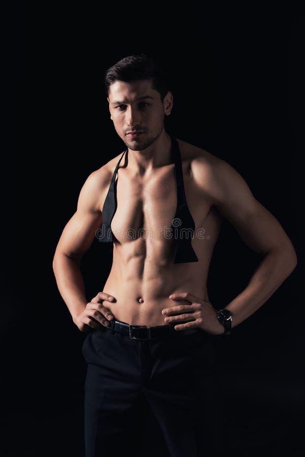 stilig shirtless man som står akimbo och ser den isolerade kameran royaltyfria bilder