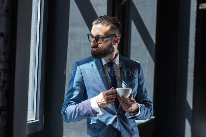 stilig skäggig affärsman i grå färgdräkt arkivbilder