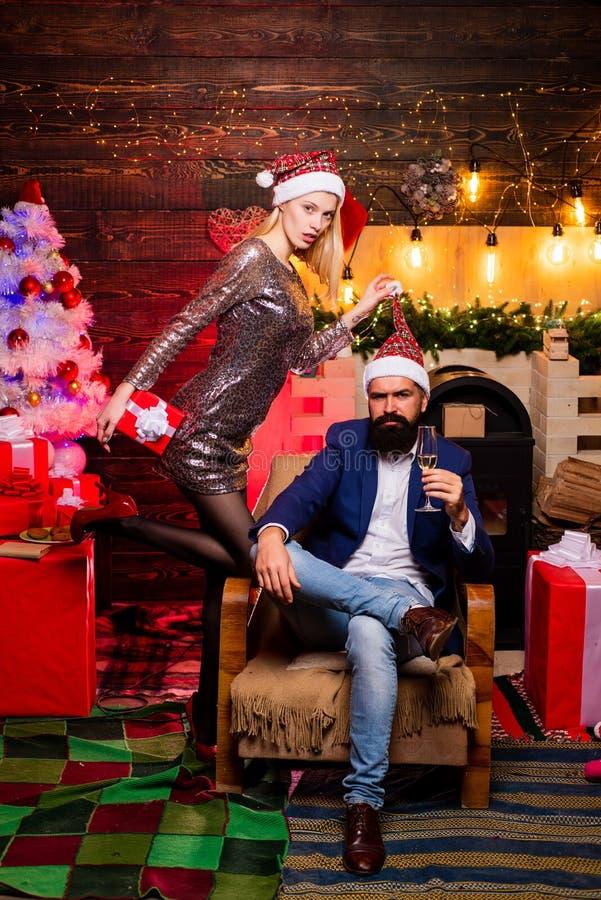 Stilig skäggig hipsterjultomten med att le den positiva unga kvinnan Hemmastadd julberöm arkivfoton