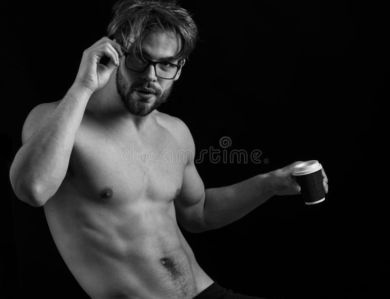 Stilig skäggig idrotts- macho man med stilfullt skägganseende i exponeringsglas med muskeltorson på idrotts- kroppinnehav arkivfoto