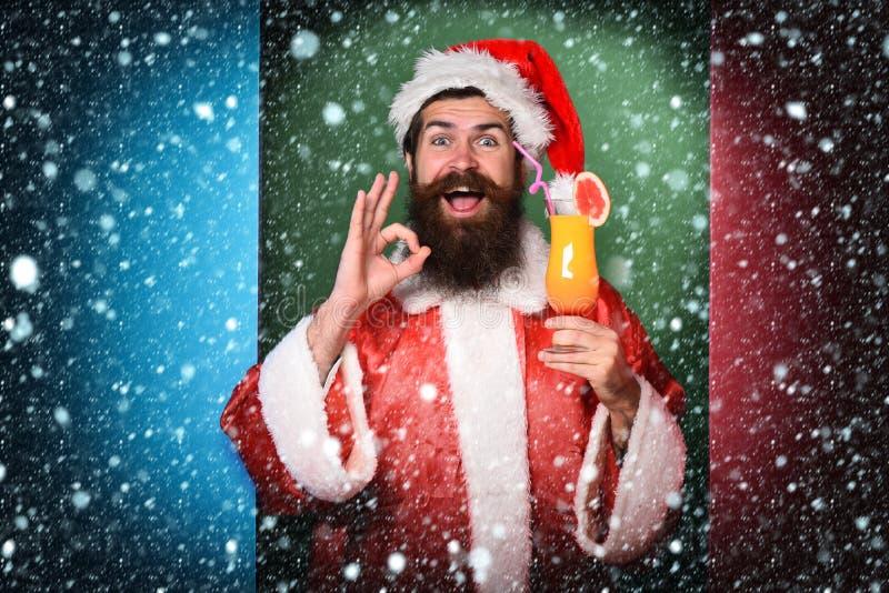Stilig skäggig Santa Claus man med det långa skägget på att le hållande exponeringsglas för framsida av den nonalcoholic coctaile royaltyfria foton