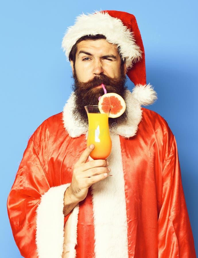 Stilig skäggig Santa Claus man med det långa skägget på den allvarliga framsidan som rymmer exponeringsglas av den nonalcoholic c royaltyfria foton