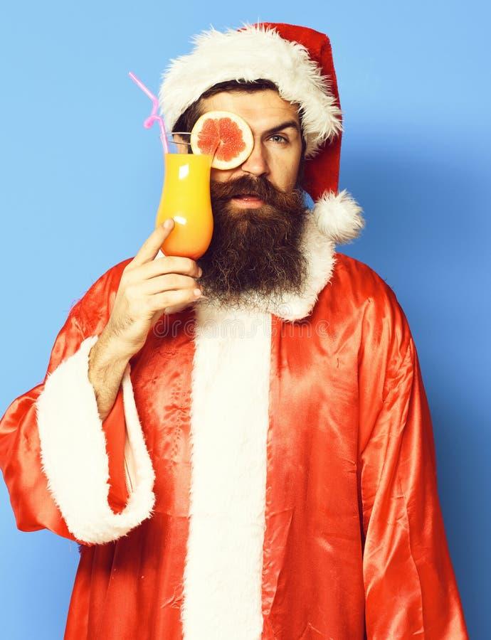 Stilig skäggig Santa Claus man med det långa skägget på den allvarliga framsidan som rymmer exponeringsglas av den nonalcoholic c arkivfoto