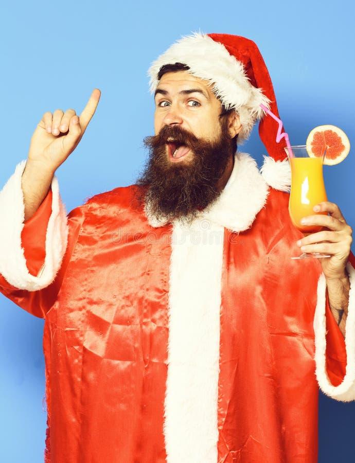 Stilig skäggig Santa Claus man med det långa skägget på den lyckliga framsidan som rymmer exponeringsglas av den nonalcoholic coc royaltyfria bilder