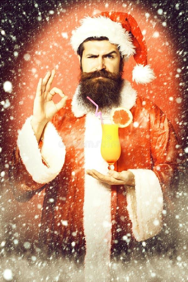 Stilig skäggig Santa Claus man med det långa skägget på hållande exponeringsglas för allvarlig framsida av den nonalcoholic cocta fotografering för bildbyråer