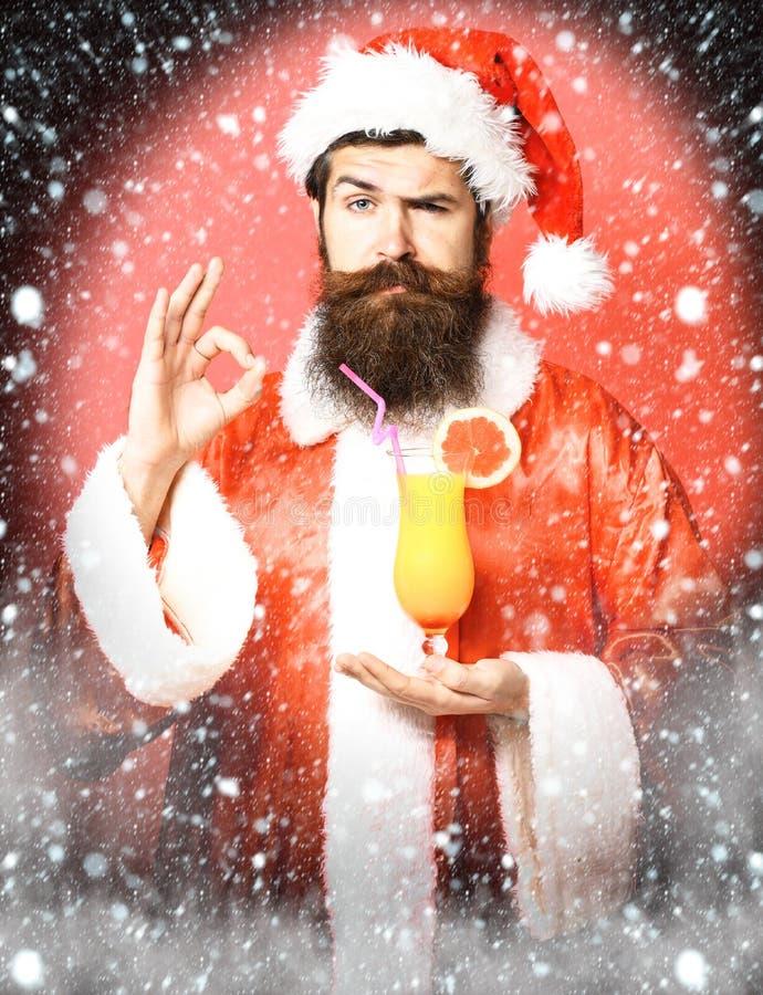 Stilig skäggig Santa Claus man med det långa skägget på hållande exponeringsglas för allvarlig framsida av den nonalcoholic cocta arkivfoto