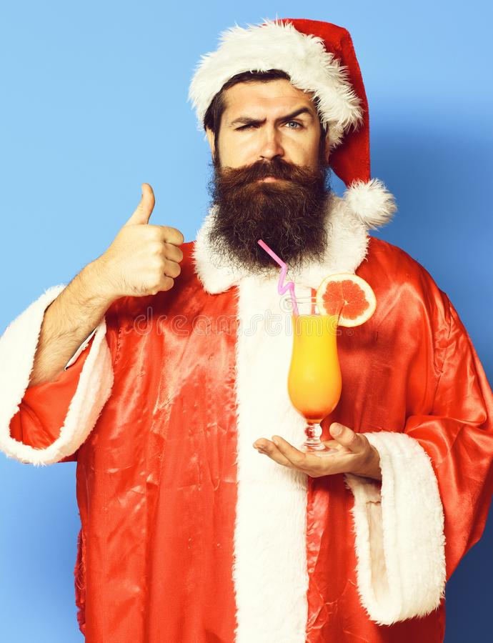 Stilig skäggig Santa Claus man med det långa skägget på hållande exponeringsglas för allvarlig framsida av den nonalcoholic cocta royaltyfria bilder