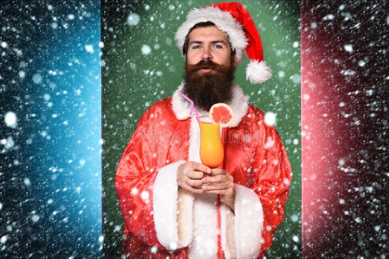 Stilig skäggig Santa Claus man med det långa skägget på hållande exponeringsglas för allvarlig framsida av den nonalcoholic cocta arkivbild