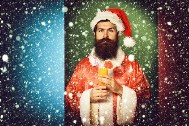 Stilig skäggig Santa Claus man med det långa skägget på hållande exponeringsglas för allvarlig framsida av den nonalcoholic cocta royaltyfri bild