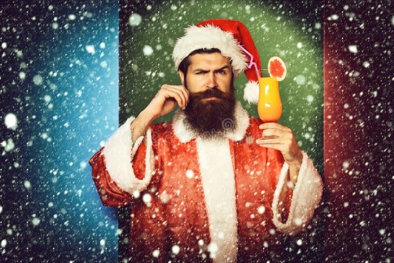 Stilig skäggig Santa Claus man med det långa skägget på hållande exponeringsglas för allvarlig framsida av den nonalcoholic cocta arkivfoton
