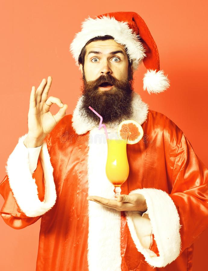 Stilig skäggig Santa Claus man med det långa skägget på hållande exponeringsglas för förvånad framsida av den nonalcoholic coctai royaltyfria bilder