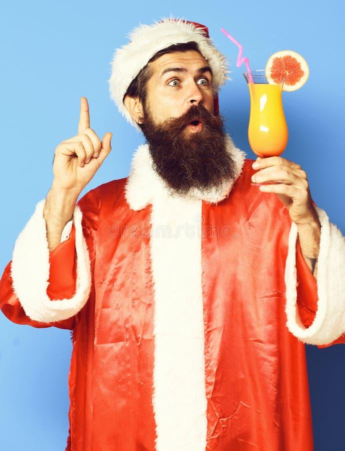 Stilig skäggig Santa Claus man med det långa skägget på hållande exponeringsglas för förvånad framsida av den nonalcoholic coctai fotografering för bildbyråer