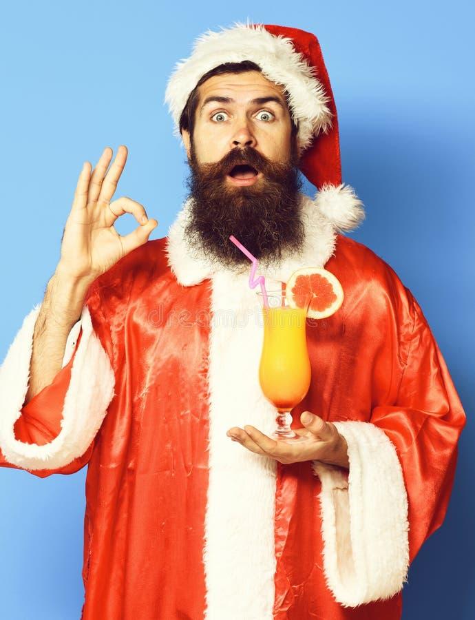 Stilig skäggig Santa Claus man med det långa skägget på hållande exponeringsglas för förvånad framsida av den nonalcoholic coctai royaltyfria foton