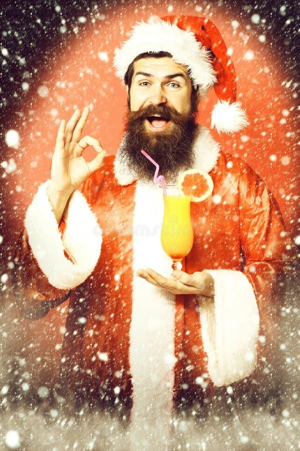 Stilig skäggig Santa Claus man med det långa skägget på hållande exponeringsglas för lycklig framsida av den nonalcoholic coctail royaltyfria foton