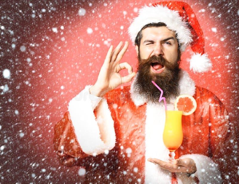Stilig skäggig Santa Claus man med det långa skägget på hållande exponeringsglas för lycklig framsida av den nonalcoholic coctail arkivfoto
