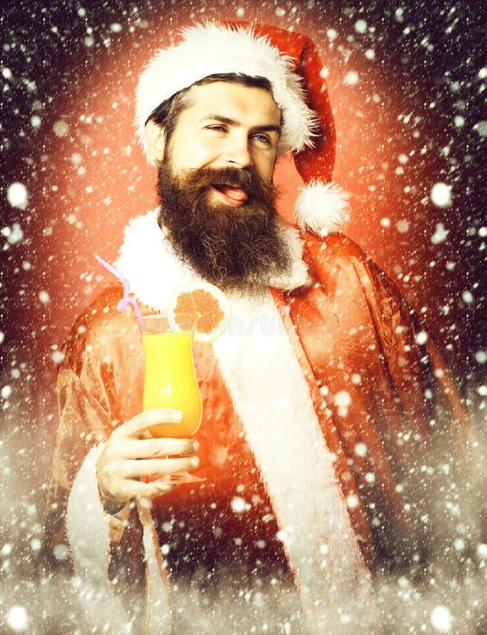Stilig skäggig Santa Claus man med det långa skägget på hållande exponeringsglas för lycklig framsida av den nonalcoholic coctail royaltyfria bilder