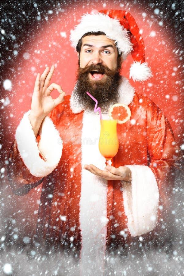 Stilig skäggig Santa Claus man med det långa skägget på hållande exponeringsglas för lycklig framsida av den nonalcoholic coctail arkivbild