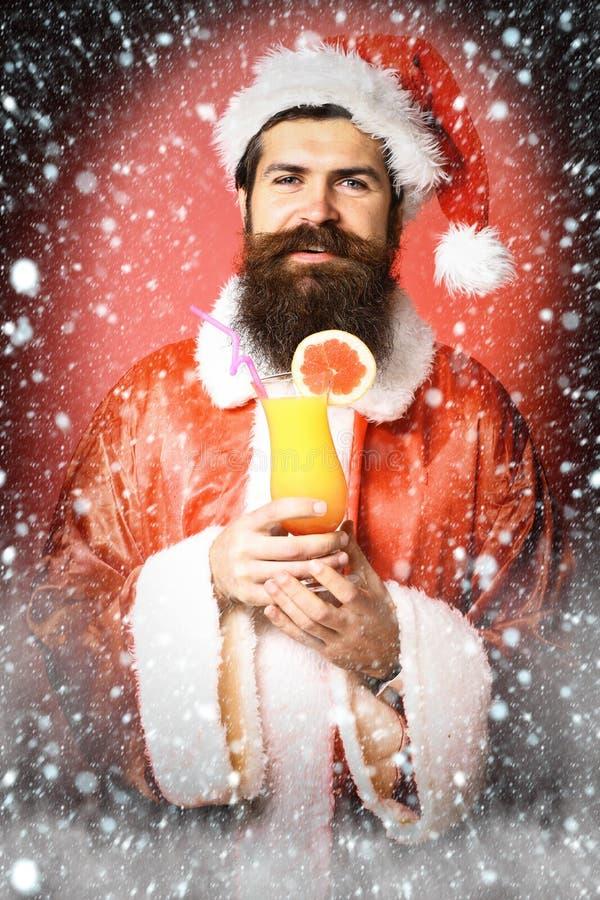 Stilig skäggig Santa Claus man med det långa skägget på hållande exponeringsglas för lycklig framsida av den nonalcoholic coctail arkivfoton