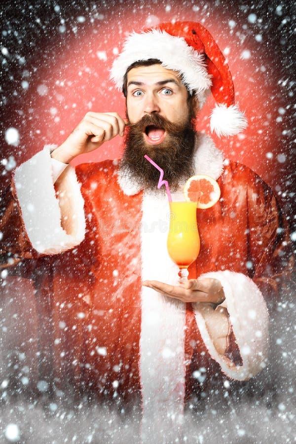 Stilig skäggig Santa Claus man med det långa skägget på hållande exponeringsglas för lycklig framsida av den nonalcoholic coctail royaltyfri fotografi