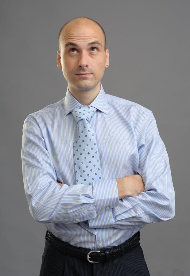 Stilig skallig affärsman som ser upp fotografering för bildbyråer