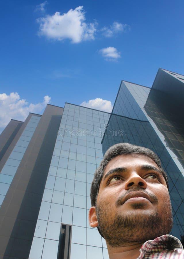 Stilig smart affärsman/utöva med byggnadsbakgrund arkivbild