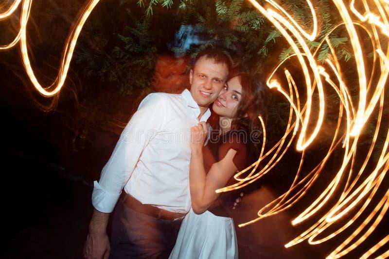 Stilig stilfull man och hans ursnygg kvinna som ler och kramar royaltyfri fotografi