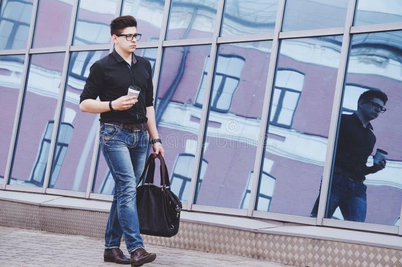 Stilig student som går till en praktik i kontoret royaltyfria bilder
