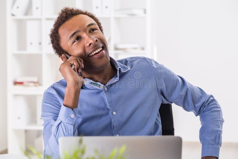 Stilig svart man på telefonen royaltyfri fotografi
